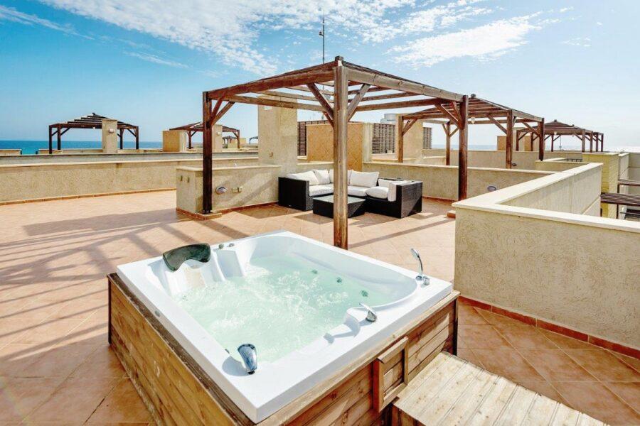 Уютный пентхаус с террасой у моря